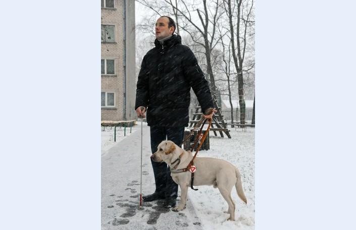 «Ja ir daudz sniega, ar spieķi nevar sataustīt, kur ir apmale, kur trotuārs, kur zeme, viss šķiet līdzīgs. Bet Brālis Teodors to ļoti labi zina un vada,» saka Aleksejs.