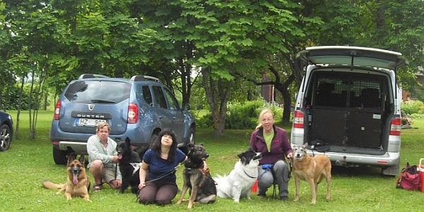 Having reached halfway, we paid our friends in the countryside a visit. From the left: Panda, Andris with Feja, Natalja with Late, Zaiga with Dīva and Aki.