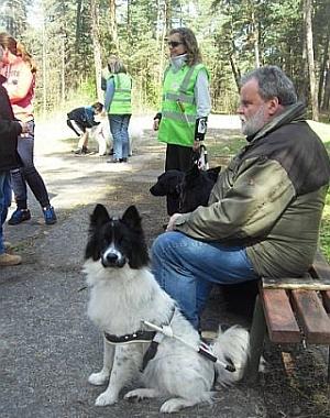 Mūsu Dīva nu jau iet suņu-pavadoņu skolā pie trenera Juha. Aizmugurē Beate ar Zani.
