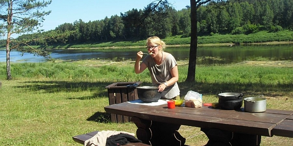 On the second morning, Ilze and Rolands make a power breakfast for everybody– oatmeal porridge.