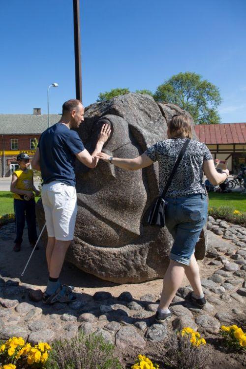 Aleksejs observes /feels the monument