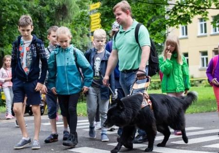 Andris un suns-pavadonis Feja rāda kā suns atrod zebrā zīmes un pārved saimnieku pāri ielai