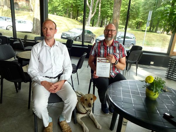 The association chairman Aleksejs with guide dog Serena thanks the Tornkalns church parish and their pastors