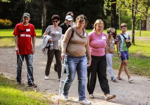 Apmācības staigāt ar balto spieķi