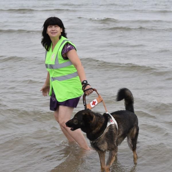 Lati izbauda jūras priekus kopā ar saimnieci Natalju