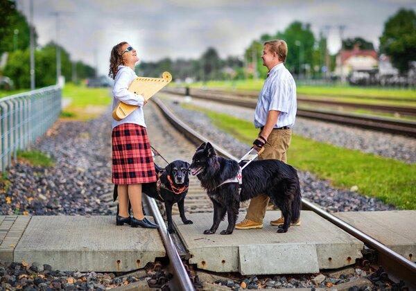 Beāte ar suni-pavadoni Zani sagaida Andri ar Feju Cēsu stacijā, 2020.gada vasarā, foto Karīna Jurciņa
